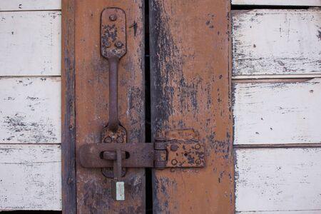 puertas antiguas: La puerta estaba cerrada con llave