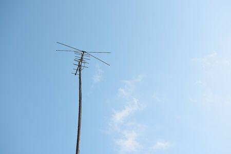 青い空を背景にテレビ アンテナ。