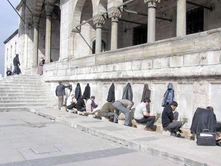 이슬람 사원에 들어가기 전에 발을 씻는 것 - 이스탄불 스톡 콘텐츠