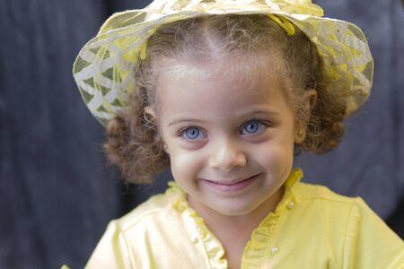 rubia ojos azules: Retrato de una niña linda en vestido amarillo
