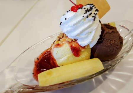 banana split con gelato e topping, messa a fuoco selettiva