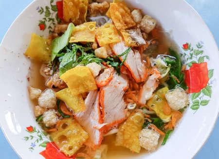 Thai noodle con zuppa in una ciotola