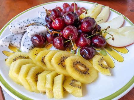 Set di frutta fresca sul piatto
