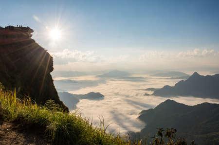 Mattina paesaggio di montagna nebbia e il sole nel nord della Thailandia