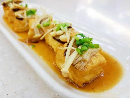 Mescolare Tofu fritto in stile giapponese, messa a fuoco selettiva Archivio Fotografico