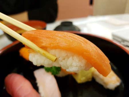 Giapponese sushi-Sake nigiri (Salmon sushi) Archivio Fotografico