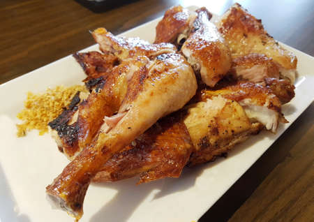 coscia di pollo alla griglia, al seno e l'ala sul piatto Archivio Fotografico