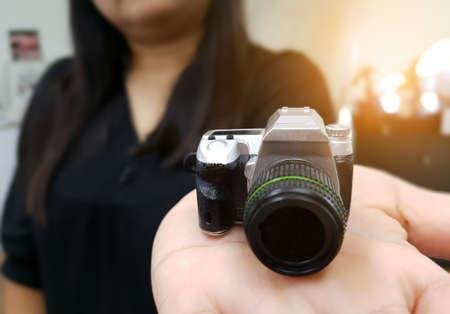 Donna azienda giocattolo macchina fotografica in mano