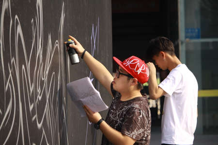 The New Year's revelry of the Midi Music Festival, the artist is working on wall painting