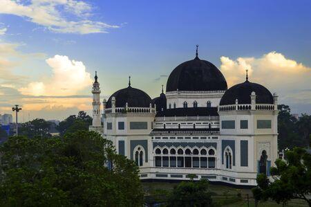 棉兰的伟大清真寺在晚上。北苏门答腊,印度尼西亚。