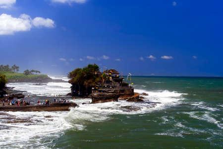 olas de mar: Tanah Lot y olas, Bali. Indonesia. Playa del oc�ano.