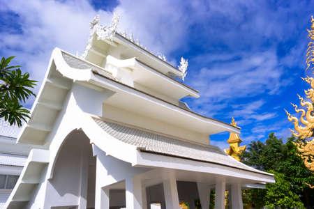 unconventional: Bianco Tempio di strutture, � un tempio buddista convenzionale contemporanea a Chiang Rai, Thailandia. Archivio Fotografico