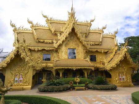 unconventional: Bagno d'oro nel tempio di bianco, � un tempio buddista convenzionale contemporanea a Chiang Rai, Thailandia.