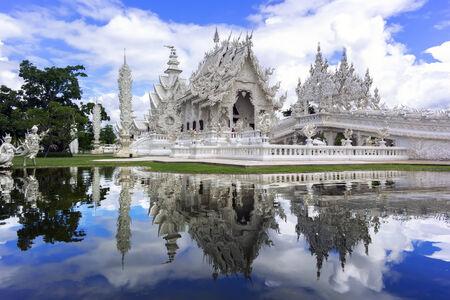 unconventional: Riflessioni di Tempio Bianco, � un tempio buddista convenzionale contemporanea a Chiang Rai, Thailandia.
