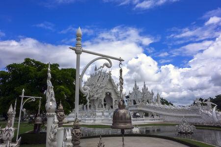 unconventional: Dettagli architettonici del tempio bianco. Bell. Tempio buddista convenzionale Contemporanea di Chiang Rai, Thailandia Archivio Fotografico