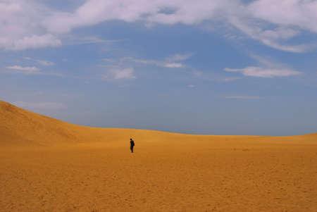 walking alone: Hombre caminando solo en el desierto Foto de archivo