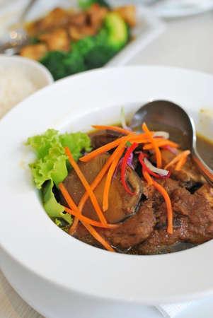 bulion: Wystawne wyglądających bulionu chińskich wegetariańskich kurczaka mock gotowane z ziół i grzyby. Odpowiedni dla pojęć takich jak diety i żywieniu, zdrowego stylu życia i żywności i napojów.