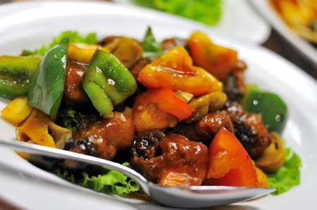 Vegetariano asiatico colorato dolce e aspro di maiale e delicatezza di verdura mista.