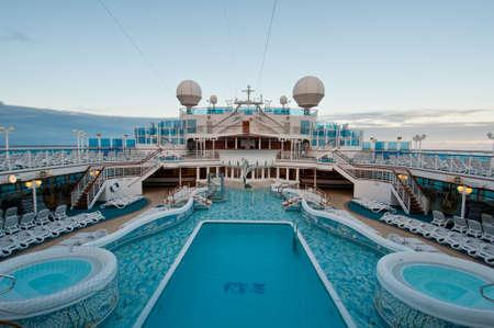 Bekijk de top dek van cruiseschip met luxe zwembaden en spa-faciliteiten. Redactioneel