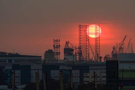 Nahaufnahme der schönen roten untergehenden Sonne über Industriegebiet . 8. Mai 2016