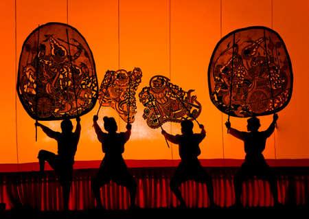 marioneta: RATCHBURI, Tailandia - 13 de abril: Gran Juego de Sombras se lleva a cabo en Wat Khanon el 13 de abril de 2010. El antiguo arte de realizar consiste en la manipulaci�n de marionetas de piel de vaca en frente de una pantalla retroiluminada con acompa�amiento musical y narrativa