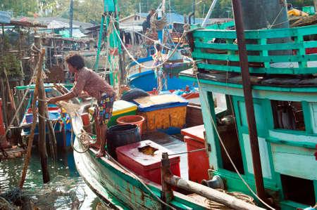 fischerei: TRAD, THAILAND - 9. M�rz Ein Fischer Mauren das Boot durch die Befestigung des Seils an den Pol am 9. M�rz 2008 in der Provinz Trad, Thailand ist Trad eine K�stenprovinz, wo kommerziellen Fischerei durchsetzen Editorial