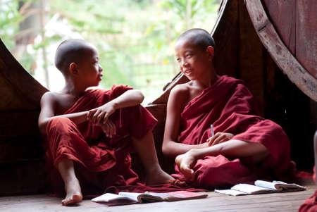 Nyaung Shwe, MYANMAR - 06 de mayo Novicios en Shwe Yan Monasterio Phe, el 6 de mayo de 2012 en Nyaung Shwe, Myanmar Es obligatorio que los niños entre 8-20 años de edad tienen que entrar en la Orden Budista durante una semana o más como un novato Foto de archivo - 25501470