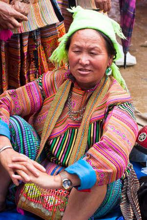brightest: BAC HA MERCATO, VIETNAM - 5 luglio: donna Hmong al mercato di Bac Ha il 5 luglio 2009 a Lao Cai, Vietnam. Flower Hmong � la pi� brillante tra i gruppi Hmong e sono noti per il loro abbigliamento ricamato e la loro gioielli in argento ornato Editoriali