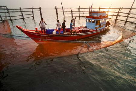 fischerei: Samutsongkram, THAILAND - 3. Dezember: Fischer schleppen eine Netzfalle f�r Tigre am 3. Dezember 2011 in Samutsongkram, Thailand. Samutsongkram ist eine K�stenprovinz, wo kommerziellen Fischerei durchsetzen.