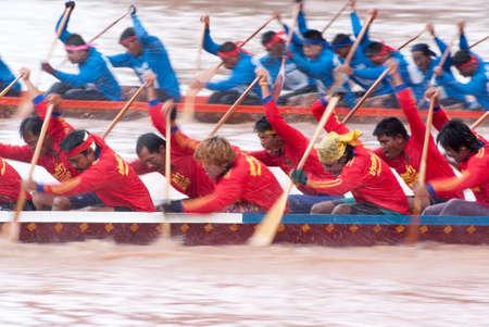 bateau de course: Pichit, THA�LANDE - 4 septembre: course en bateau sur le 4 septembre 2010 dans Pichit, Tha�lande. Le festival tient annuellement apr�s la saison des pluies.