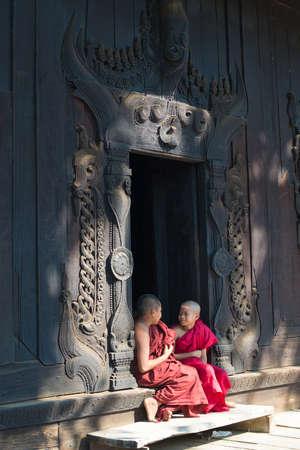 マンダレー、ミャンマー – 3 月 5 日: 若い初心者ゆっくり休みます Bagaya Kyaung 修道院で 2015 年 3 月 5 日にマンダレー、ミャンマー。若い初心者は、9