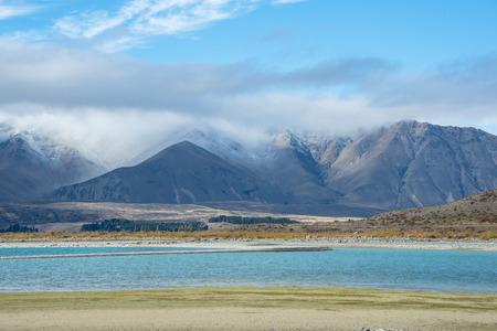 Montagna con il giorno nuvoloso e lago blu Archivio Fotografico - 35092658