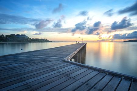 amanecer: Plomo Puente de madera con el sol y el cielo