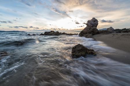 Onda con la roccia e il cielo al tramonto Archivio Fotografico - 35079610