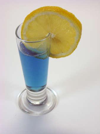 小さなショットで明るい青いドリンク タイプのガラス