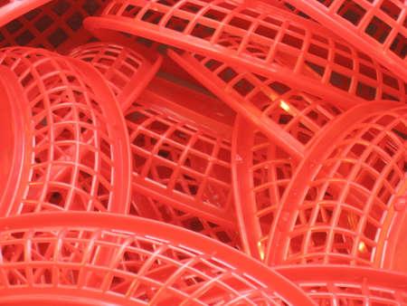 鮮やかな赤いプラスチック製の食品バスケット