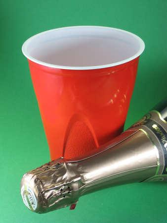 champagne fles en plastic beker picknick viering  Stockfoto