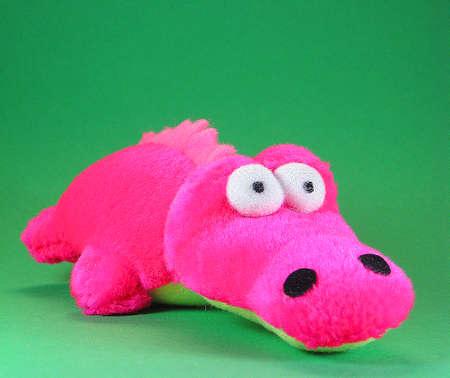 ショッキング ピンクの小さく柔らかいおもちゃフレンドリーなワニ 写真素材