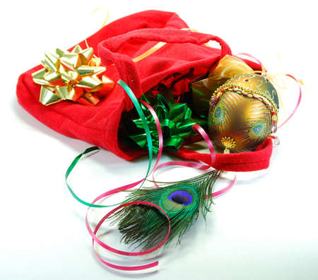 装飾された卵孔雀の羽の色の光沢のある弓と静物のバッグ