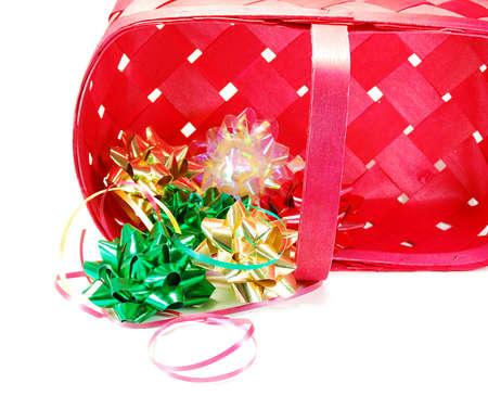 お祝いリボンと弓休日や誕生日の贈り物を包むで使用される赤いバスケット 写真素材