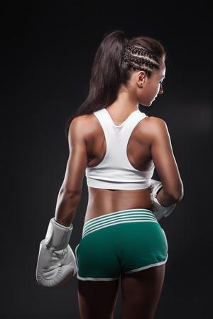 fillette sexy: belle fille boxer sexy v�tue de gants; portrait de femme s�duisante jeune combattant de studio;