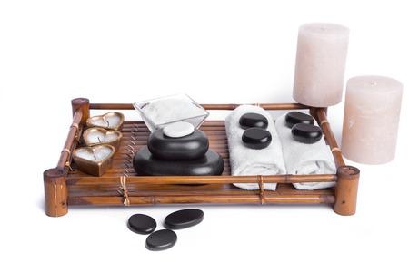 obrero: aislados de masaje piedras colocadas con velas, sal y toallas; basalto piedras de spa en el fondo blanco
