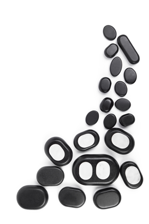 obrero: Conjunto aislado masaje de piedras; basalto piedras de spa en el fondo blanco, vista desde arriba