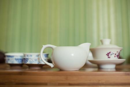 kettles: establecen teteras china linda; conjunto asiático para la ceremonia del té; Foto de archivo