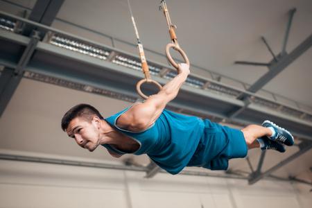 Sportler trainiert im Oldschool-Fitnessstudio;
