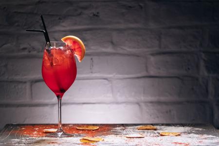 gekleurde drank met decor op blauwe bakstenen achtergrond Stockfoto