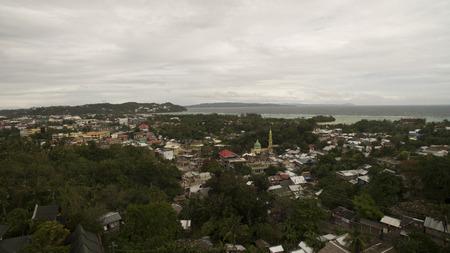 Luchtfoto van een stad aan de zee