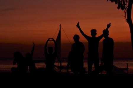 Silhouet van mensen op het strand