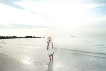 Vrouw op het strand door zichzelf