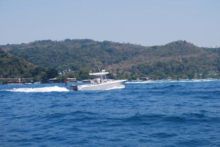 Speedboot cruising in de oceaan